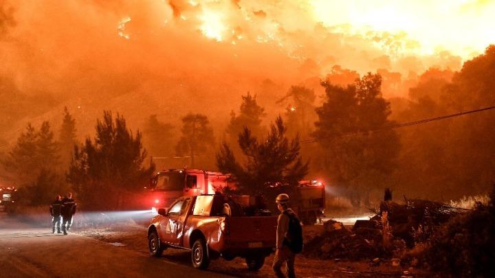 Φωτιά στον Σχίνο Λουτρακίου: Zημιές σε σπίτια και εκκένωση οικισμών