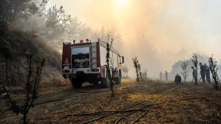 Ρόδος: Μάχη με τις αναζωπυρώσεις εξακολουθούν να δίνουν πυροσβέστες και εθελοντές