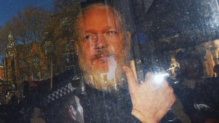 Η βρετανική Δικαιοσύνη κατά της έκδοσης Ασάνζ στις ΗΠΑ